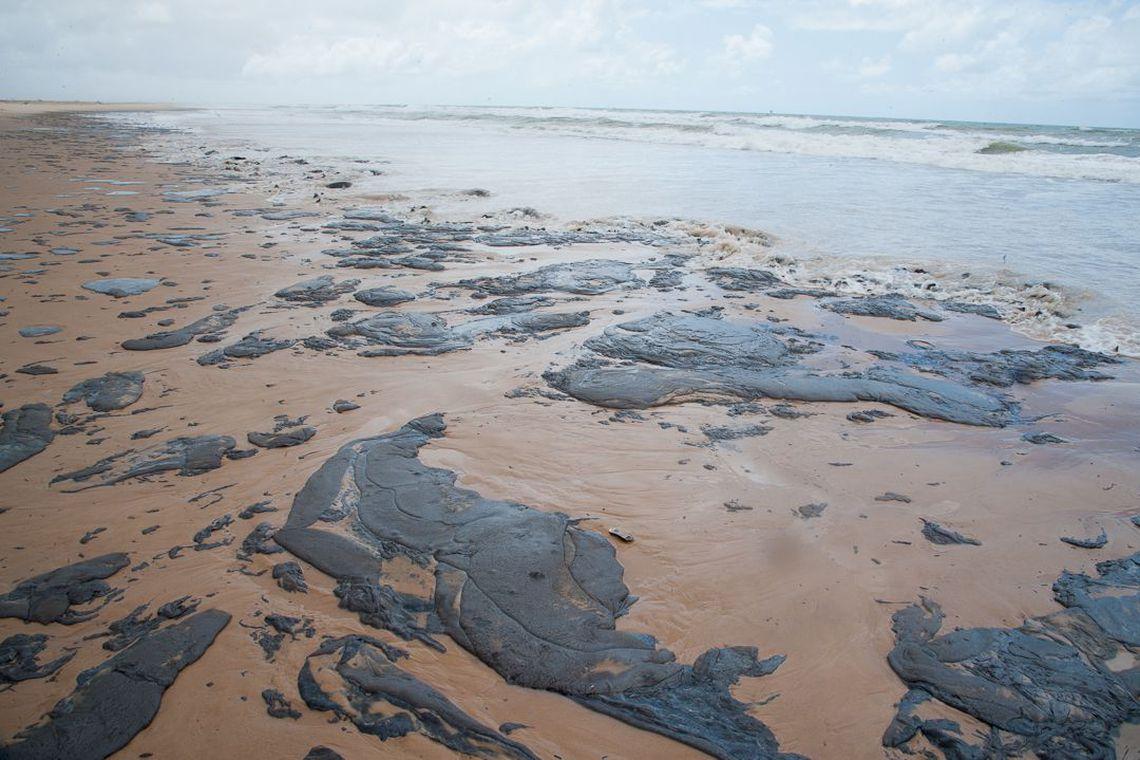 Consumidor pode remarcar viagem a praias atingidas por mancha de �leo