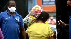 Ambulantes e feirantes recebem alimentos em bairros com restrições