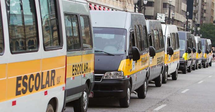 Motoristas de transporte escolar come�am a receber o Salvador por Todos