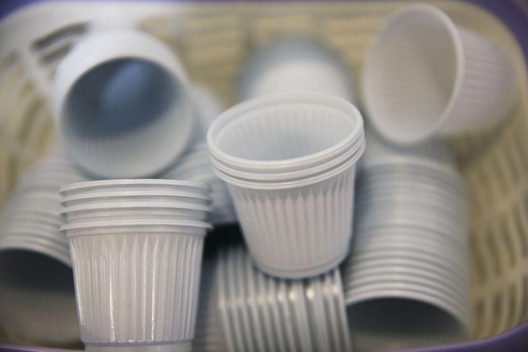 Europa pro�be uso de copos, cotonetes e canudos