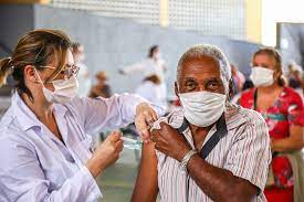 Salvador inicia aplica��o da terceira dose em idosos a partir de 90 anos