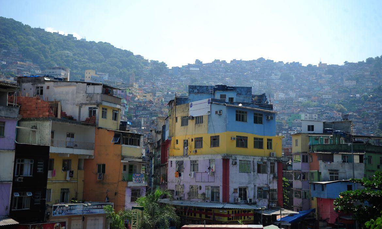 Mães em favelas têm pouco tempo para cuidar de crianças na pandemia