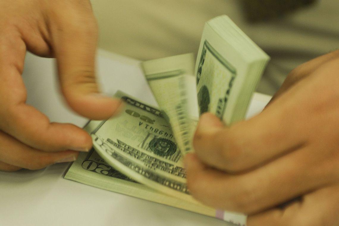 Dólar já supera R$ 4,20 e fecha no maior valor desde criação do real