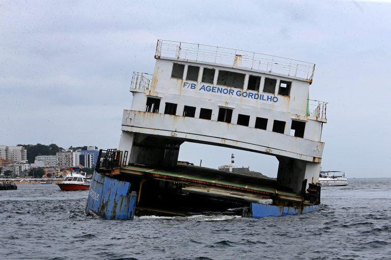 Com afundamento assistido de ferry-boat, Governo da Bahia investe no turismo subaqu�tico