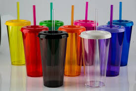 DF proíbe uso de canudo e copo de plástico e sindicato já contesta medida