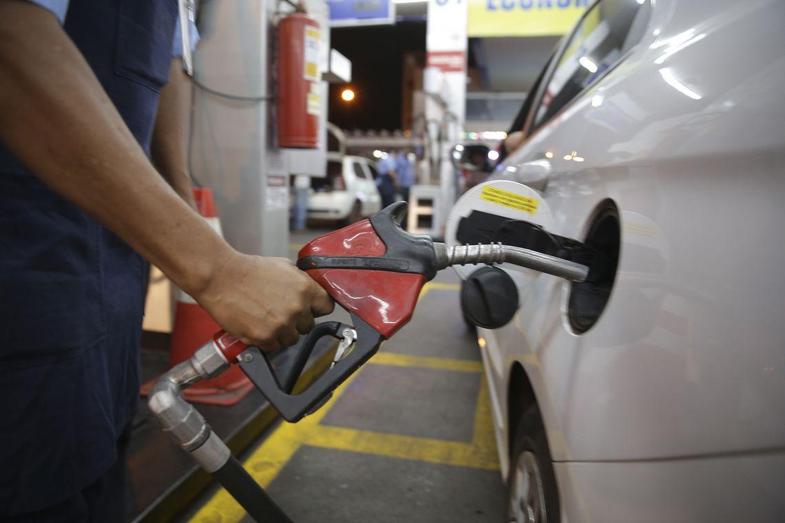 Pre�o da gasolina sobe pela 4� semana e acumula alta de 3,5% em um m�s