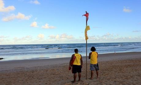 Salvamar orienta popula��o para fortes correntes nas praias