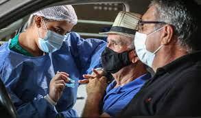 Alegria marca idosos de 69 anos ao serem imunizados contra Covid-19
