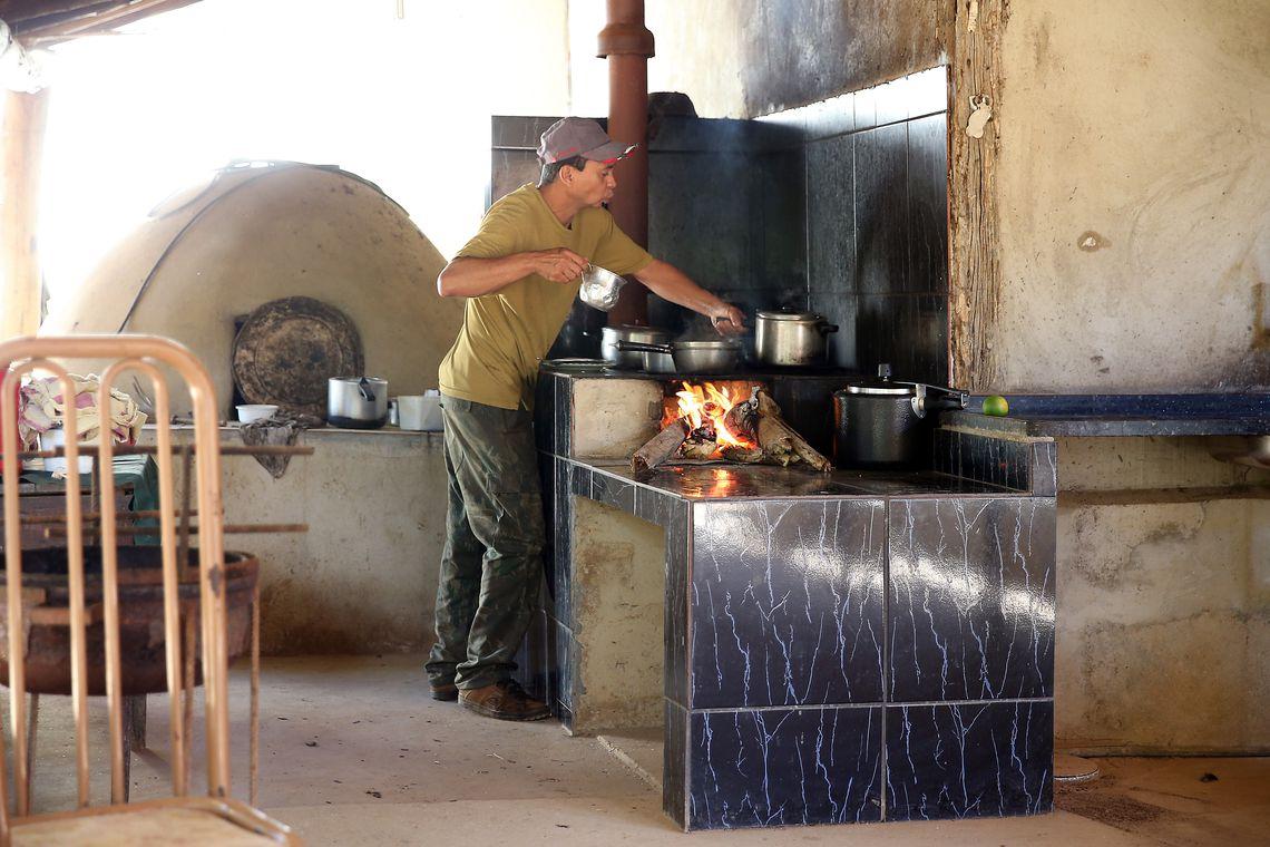Pre�o do g�s e desemprego elevam uso da lenha para cozinhar no Brasil