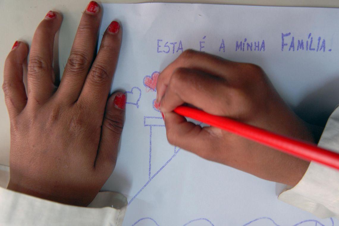Crianças pobres se alfabetizam mais tarde que as ricas, diz economista