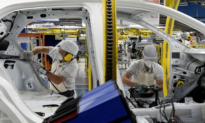 PIB recua 6,1% no trimestre encerrado em abril, diz FGV
